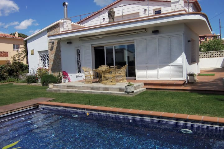 Lively Holiday Home in L'Escala with Swimming Pool