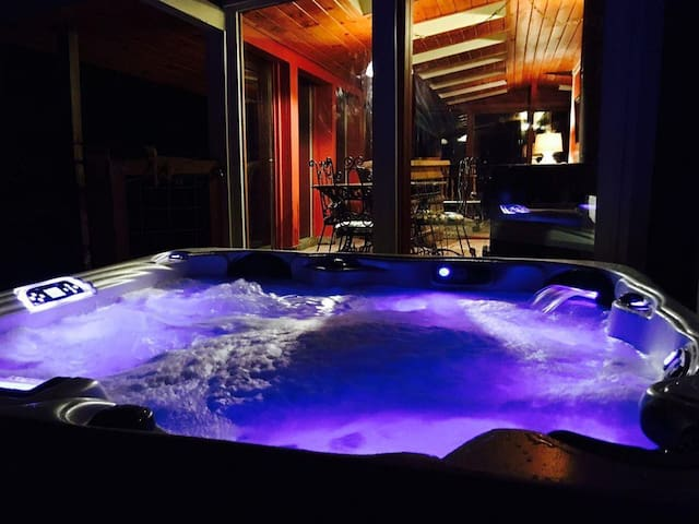 Perfect Mountain Oasis! Hot tub, Fire pit & creek.