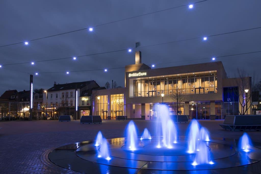 BRUNSSUM BY NIGHT  5 min wandelafstand Restaurantboulevard met  water-en lichtspel  5 min walk distance Restaurants boulevard and square with water en lighting