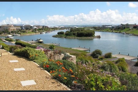 Water Front Home, Private Jetty, Stunning Views.! - Hindmarsh Island - Hus