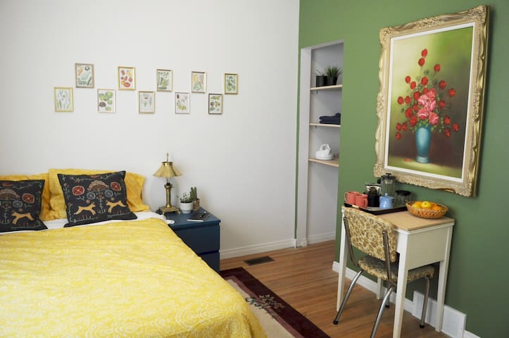 Garden Suite:Mins to Downtown/Trendy W. Broadway