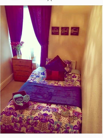 Tenby 'Sunshine'  double bedroom in family home