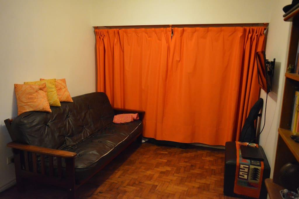 Vista del salón comedor con el sillón que puede funcionar como una tercer cama