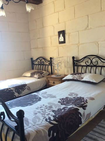 Private room & bathroom in Townhouse Central Mosta