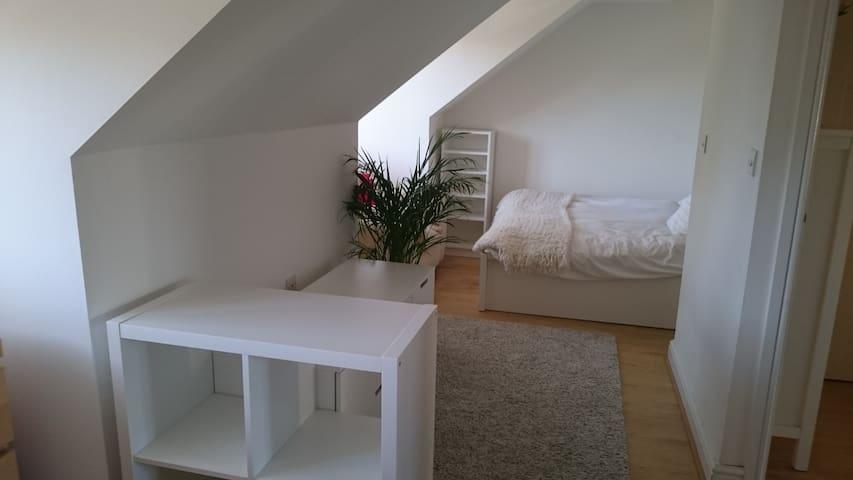 A spaceous king-size bedroom+study near Cambridge - Oakington - Oda + Kahvaltı