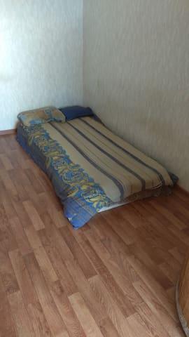 Низкая кровать из экологически чистых материалов