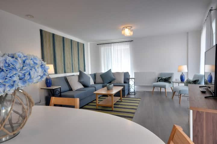 East Altitude: Luxury 2 bedroom apartment, central, balcony, secure parking, WIFI