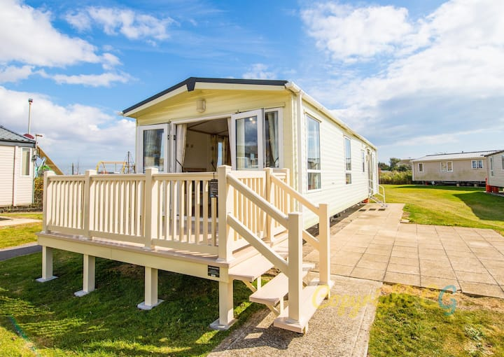 AV3 - Camber Sands Holiday Park - Sleeps 8 - 3 Bedrooms - Decking - En-suite