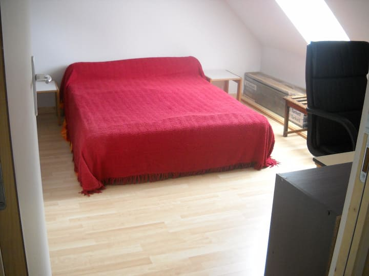 Double bedroom red (2)