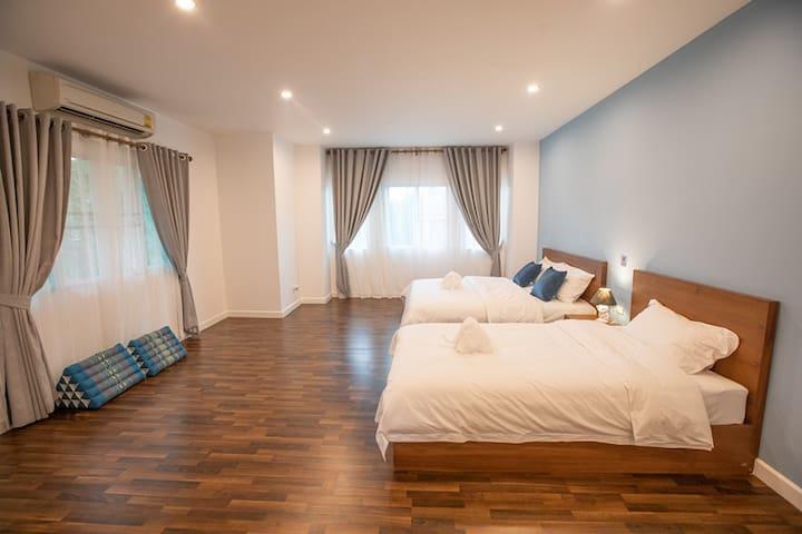 家庭超大房间,配有1.8米大床及1.2米小床2张,带几个孩子来都够住,房间足够大,还可以增加地铺。所有床均为柚木定制