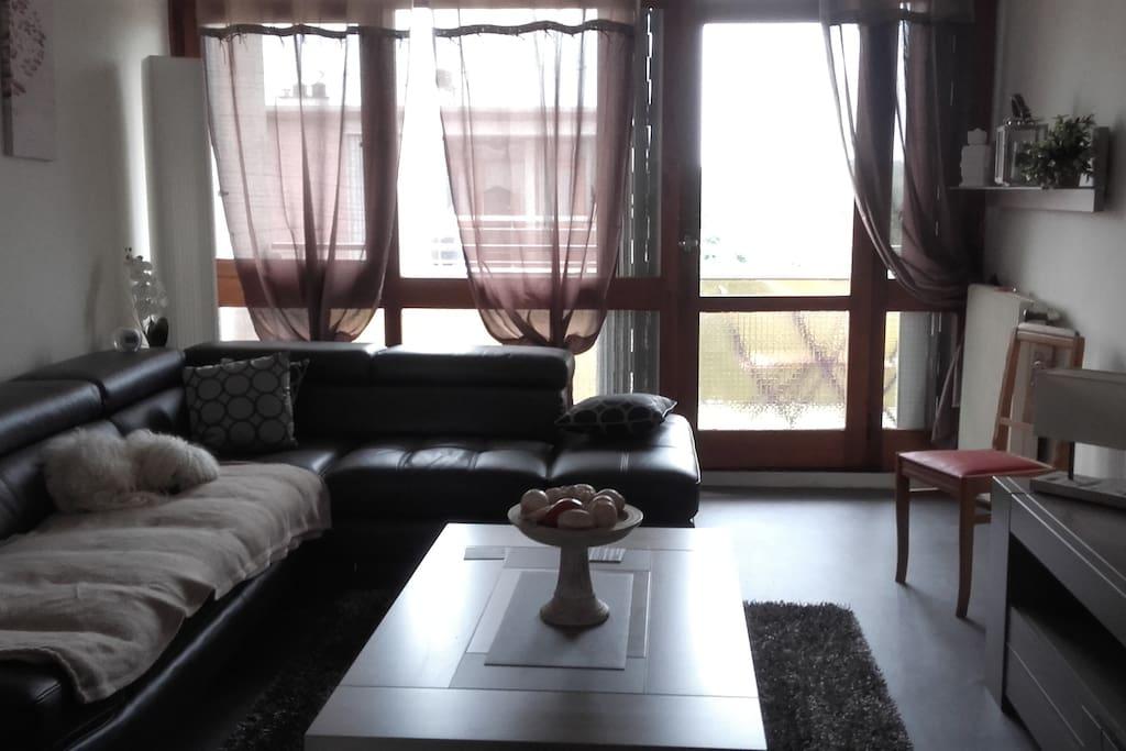 Le living donnant sur balcon aménagé...table  chaises...parasol...chaise longue relax..etc..