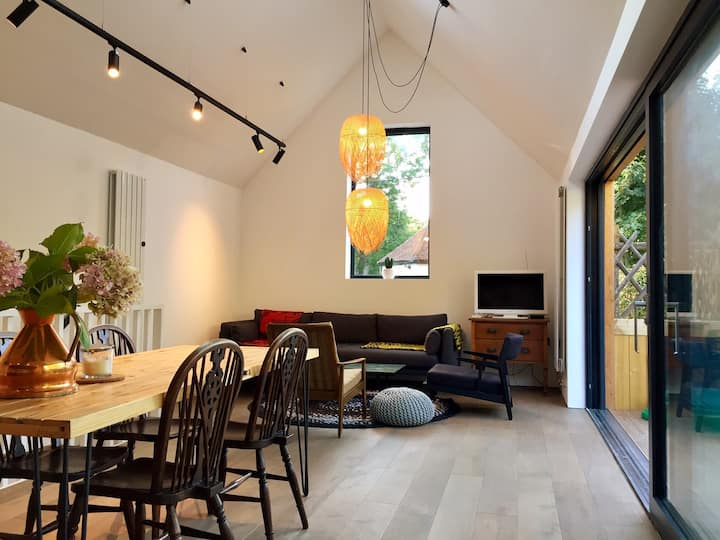The Lodge-Modern House & garden 10 mins to beach