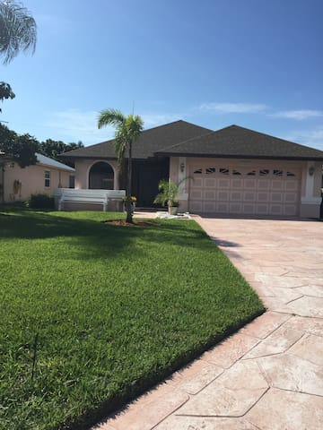 Spacious Pool Home that is a Walk to the Beach! - Naples - Rumah