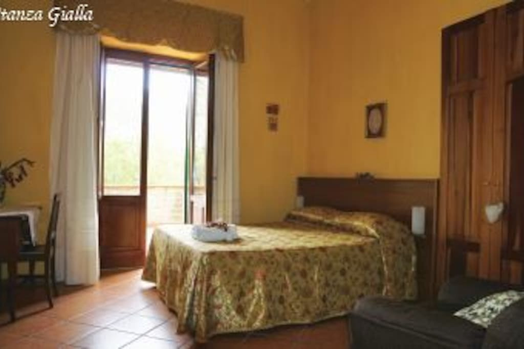 la camera gialla con bagno interno e balconcino