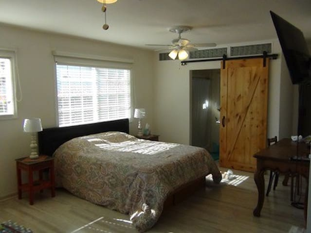 Mesa Studio-Minutes from Beach and Downtown.