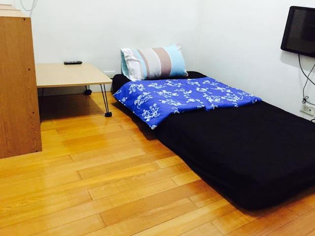 和室獨立衛浴,兩個單人彈簧床,台南火車站極簡套房(沒有電視)