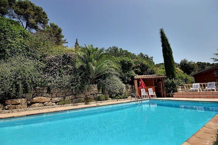 Suite parentale et piscine dans villa d'architecte