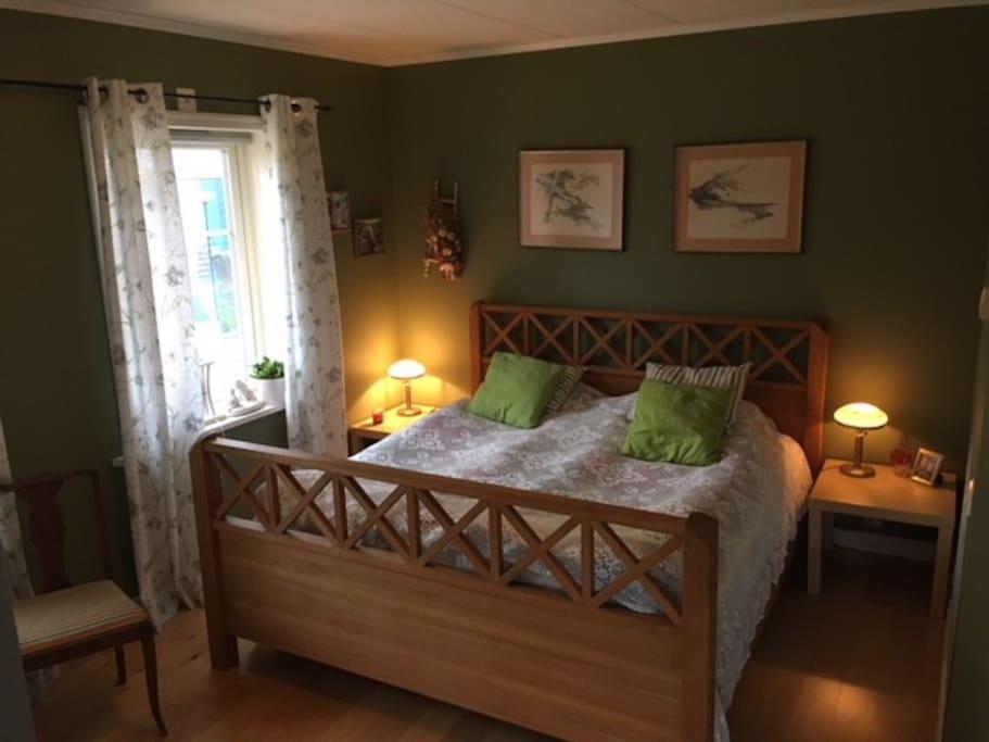 Eget rum med dubbelsäng och plats för två extrasängar eller en extrasäng och en spjälsäng.