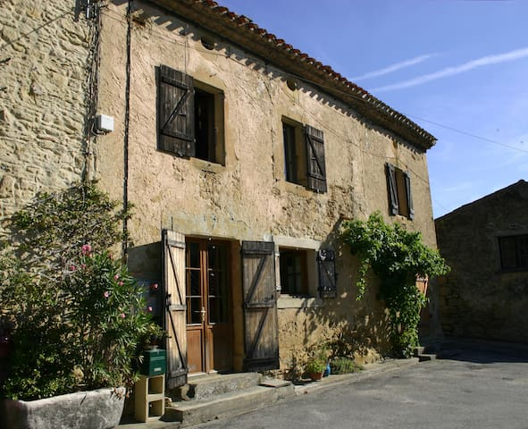 Hirondelle a large beautifully village farm house - Saint-Amans - Huis