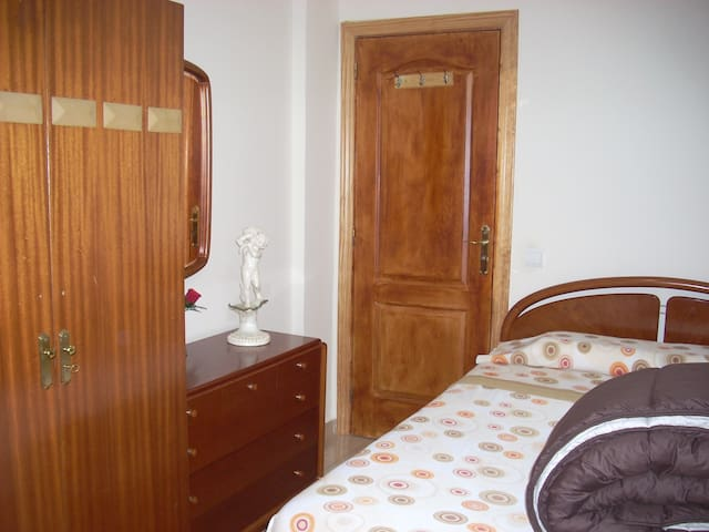 Hab. amplia con cama doble, muy cerca del Centro. - Madrid - Lägenhet