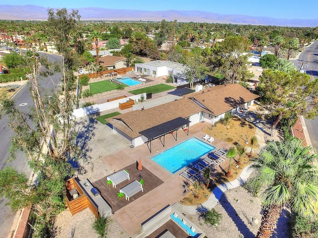 2 Houses /12 Bedrooms / 2 Pools / 5 Fire Pits / - Palm Desert - House