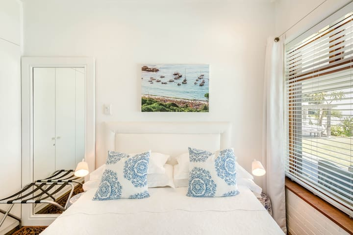 Bedroom for 2 guest (Art of Clifton sea views)