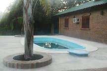 Pileta compartida entre los 2 bungalows