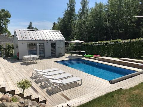 Moderna i moderna kuća s bazenom u Mörtvikenu.