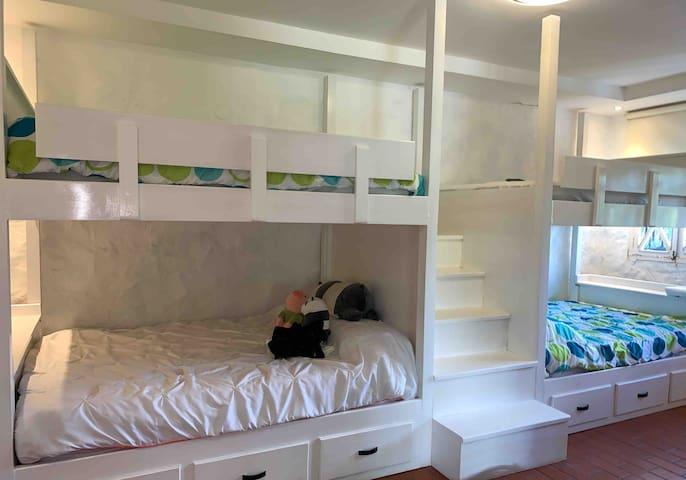 Cuarto de camarotes con cuatro camas dobles  Bunkbed room with four double beds