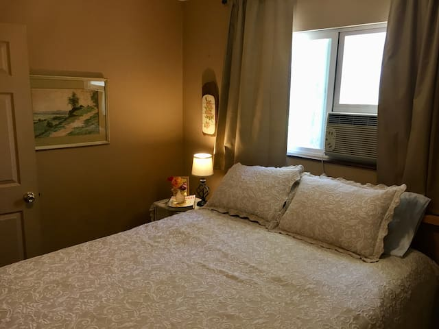 Super-comfy queen bed in a quiet room