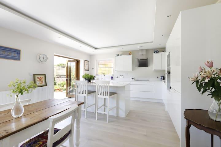 Bright and spacious seaside garden apartment