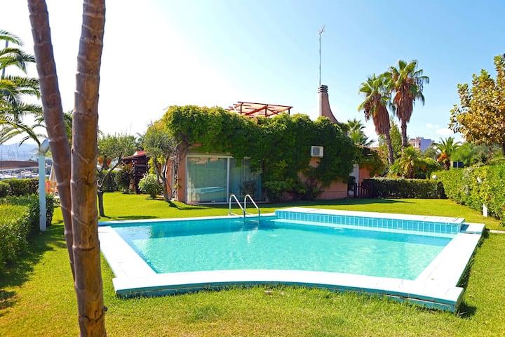 Seaside villa with swimming pool!