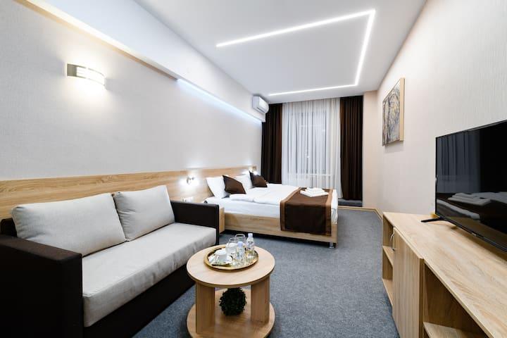 Номер COMFORT+ c большой кроватью, диваном и душем