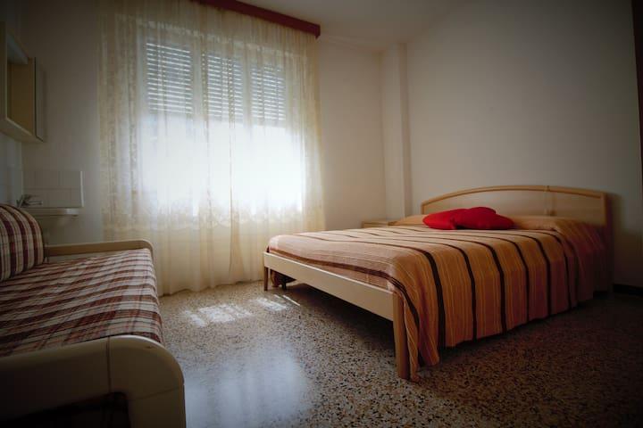 La camera- das Zimmer - the room
