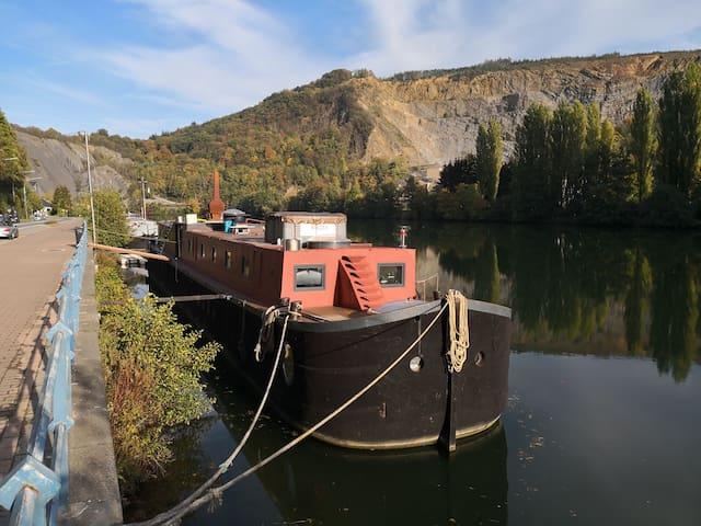 Bateau,  péniche à proximité de DINANT et NAMUR