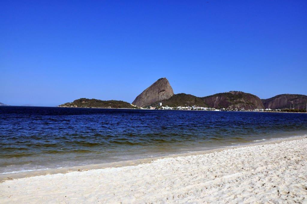 Praia do Flamengo, apenas dez minutos a pé.