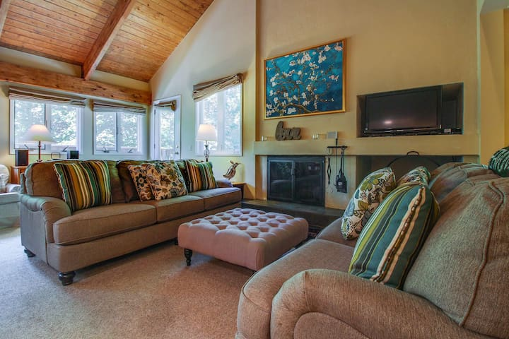 Cozy condo w/ shared pools, hot tub, tennis courts, & a gym - shuttle to slopes