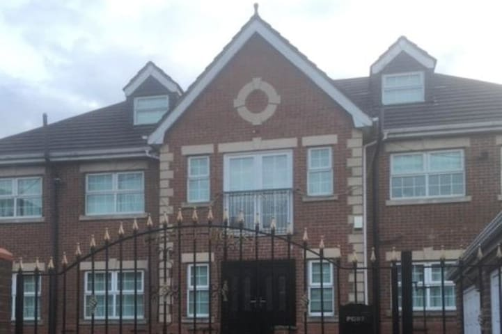 House In the  Heart of town 15 min from Manchester