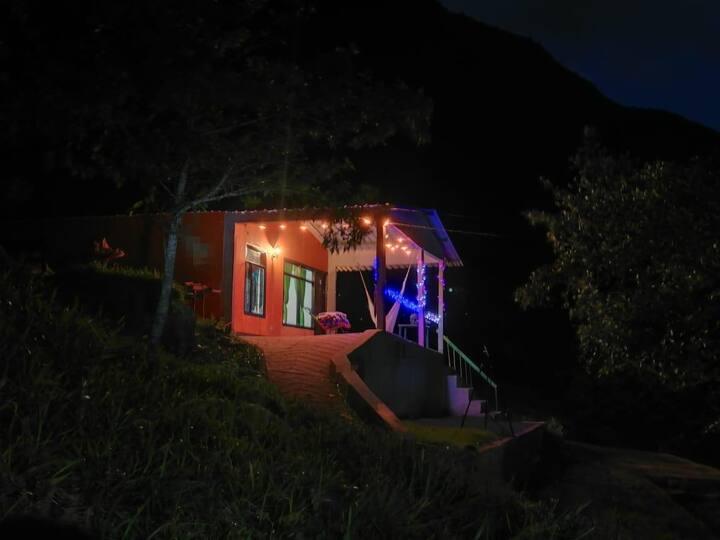 Casa rural en la montaña, cascadas y laguna.
