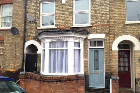 Cosy bedroom with good location in Bedford