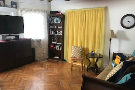 Big Room-NO CLEANING FEE-1.5 blocks from train