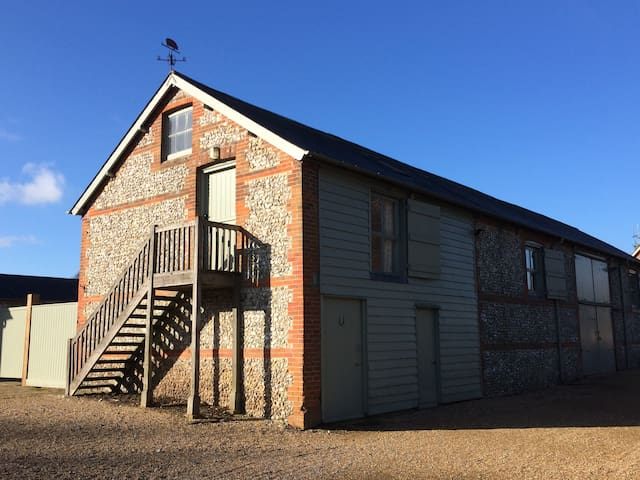 Beautiful brick & flint barn flat - Alton - Daire