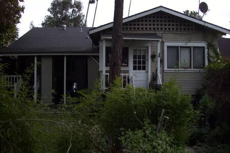 Private and Beautiful 1 Bed Craftman Guest House - Pasadena - Vendégház
