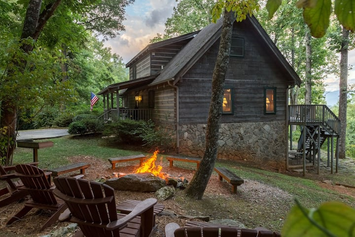 Secluded cabin with mountain views, hot tub, fire pit & billiards!