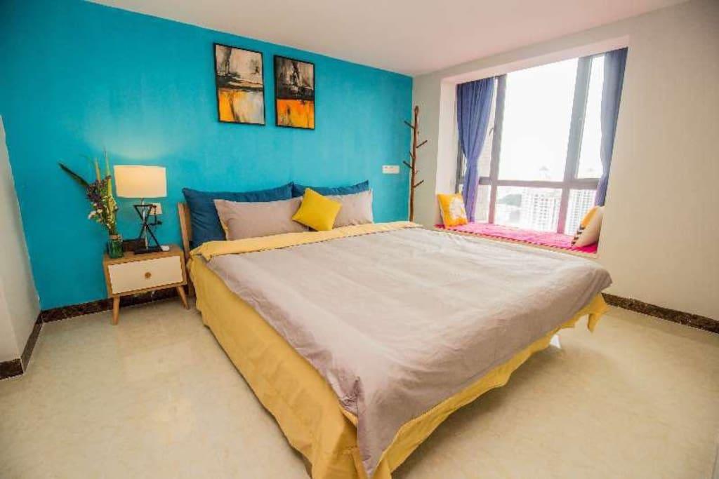 房间干净宽敞明亮,主题风格明确,飘窗做好榻榻米,景观视野非常开阔!
