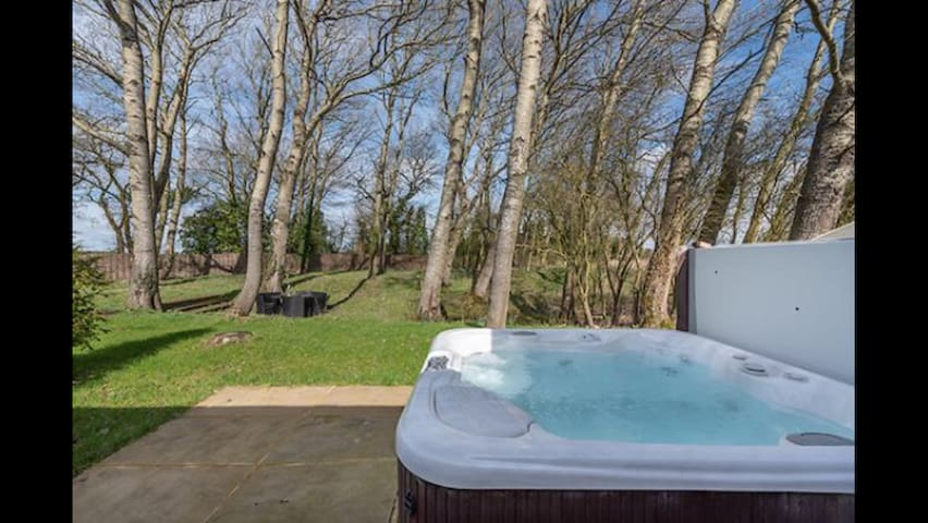 The Grove - 2 Beds & Hot tub within  woodland
