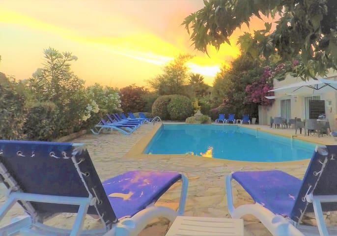 Petite chambre économique, petit-déjeuner inclus, piscine chauffée, jacuzzi et parking gratuit