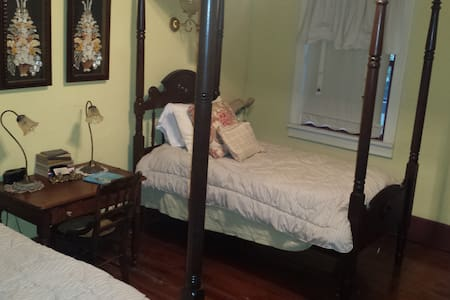 Yellow Room - Breaux Bridge - Bed & Breakfast
