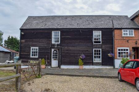 Rustic Countryside Cottage, adjacent to Farmhouse