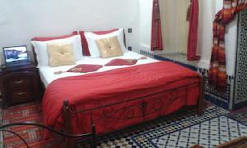 Chambre Khadija au Riad Azrou - Azrou - Gjestehus
